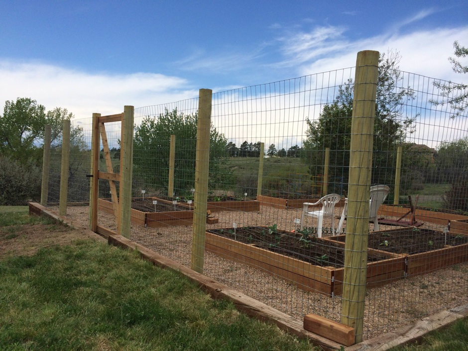 Agricultural wire fence with round wood rail